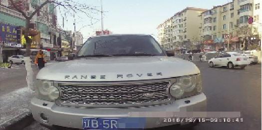 日前,我市一名奇葩司机被交警发现并查获,之所以称其奇葩,说出来的原因简直令人不可思议。该司机不仅驾驶证被暂扣期间驾驶机动车,还吸毒后驾驶套牌车、使用伪造机动车行驶证、检验合格标志、保险标志,如此胆大包天的司机好在被警方及时发现并控制。 据了解,2016年12月15日早8时50分,市公安局交警支队明山大队一中队长孟勃带领辅警张博、付世振在东芬客运站附近执勤中,发现一辆车牌号为辽B5R6的银色路虎车违法停放在路边。民警通过警务E通查询,该车所悬挂的号牌与该车型不符,涉嫌套牌违法,遂准备对该车进行检